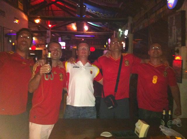 Disfrutando del partido en Koh Phangan