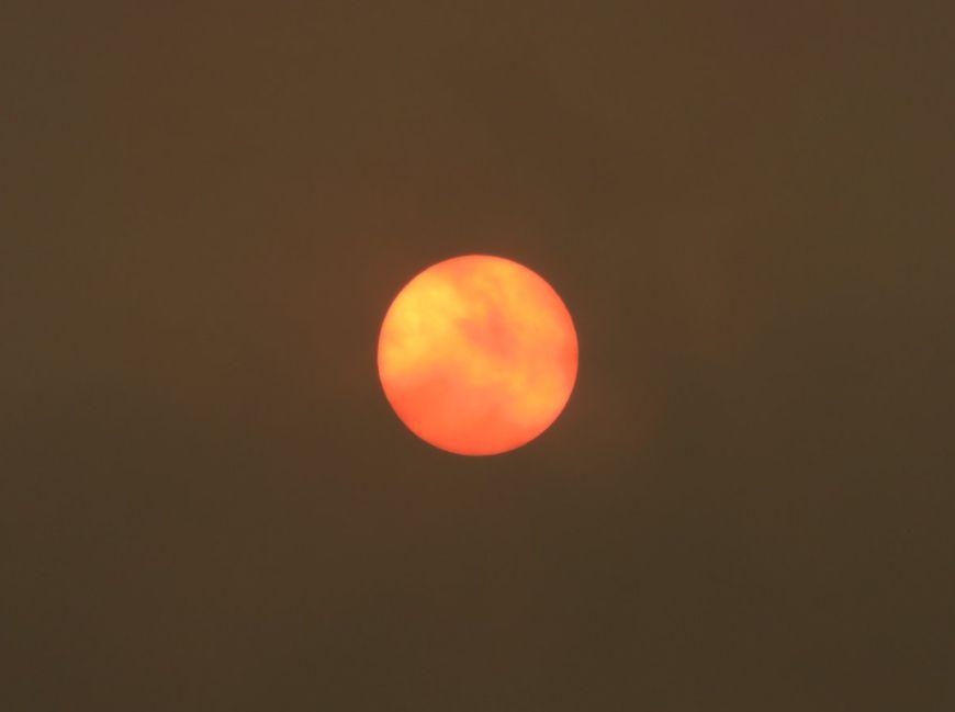 Red Sun: incredibile cielo colorato da un Sole Rosso a Londra per l'uragano Ophelia