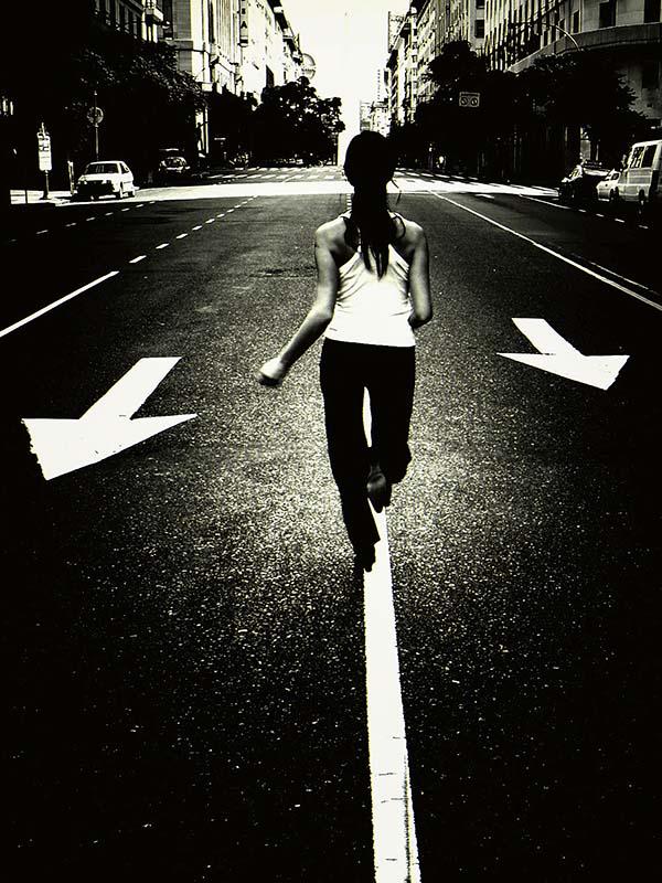 Una mujer corre, libre, por las calles de la ciudad
