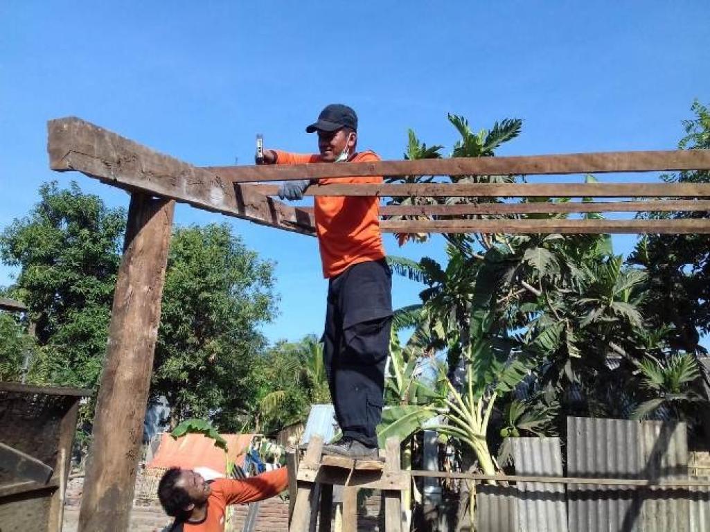 Relawan Pks Jateng Komitmen Bantu Proses Recovery Gempa Lombok Rumah Untuk Keluarga Membantu Korban Mendirikan Yang Sebelumnya Ambruk Akibat