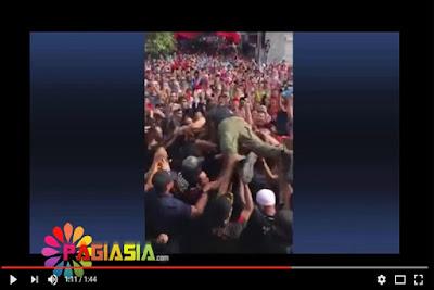 Video Paslon Agus-Sylvi pada saat acara kampanye dengan melompat ke bawa para pendukung Agus-Sylvi