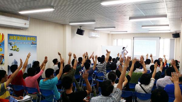 不放桌子只放椅子,教室的人數可以放到60人左右