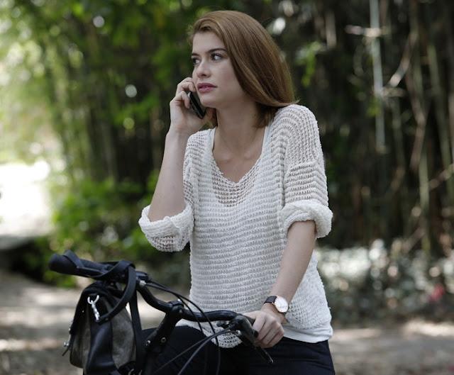 Figurino Livia (Aline Moraes), nova fase, Além do tempo, blusa branca