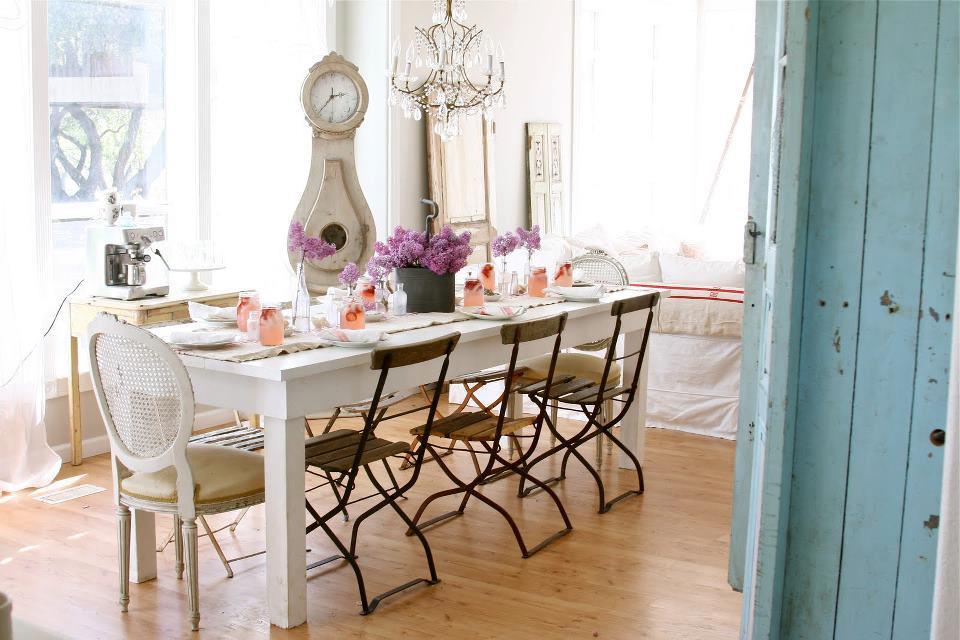 podemos combinar sillas y mesas diferentes y con esto me refiero tanto a estilos color etc eso si siempre tenemos que tener un punto focal que haga