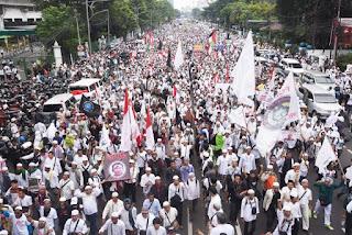 Ratusan ribu massa yang tergabung dalam Gerakan Nasional Pengawal Fatwa MUI (GNPF MUI) melakukan unjuk rasa di Jakarta, Jumat (4/11).