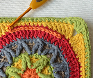Decoration of a granny square with surface crochet (slip stitch)