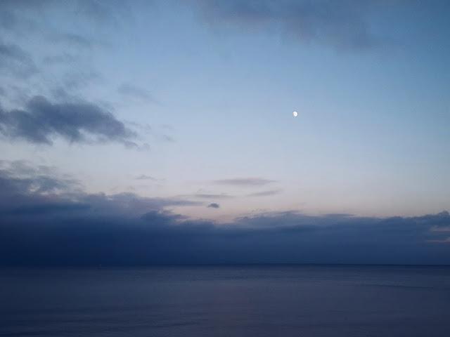 Ostsee und Mond