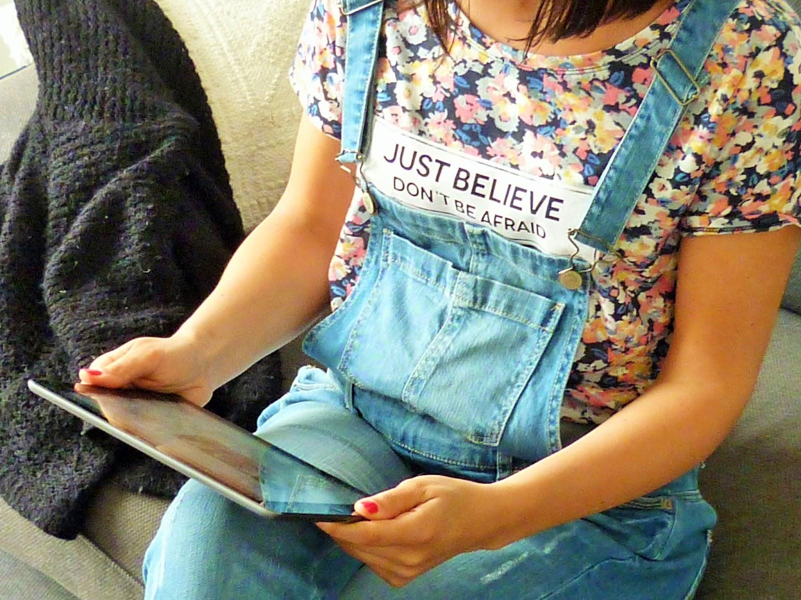 Look mode salopette camaïeu et t-shirt stradivarius