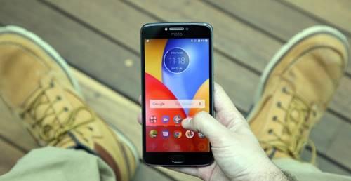O Moto E4 Plus é um celular com uma configuração intermediária e preço abaixo de R$ 1 mil