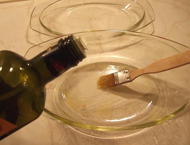 Rezept: Lecker Kassler mit Sauerkraut aus dem Backofen. Die Ofenform gut einpinseln und das Kassler gelingt.