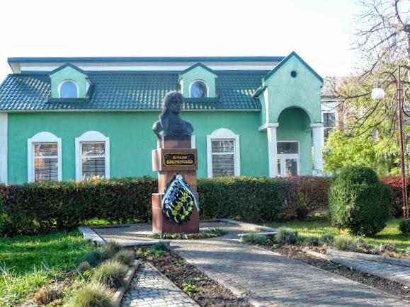 Болехів, Україна. Музей і пам'ятник Наталії Кобринській