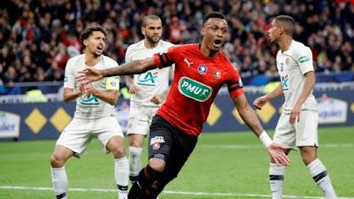 Mexer comemora gol do Rennes diante de Marquinhos, Daniel Alves e Dagba (Foto: REUTERS/Charles Platiau)