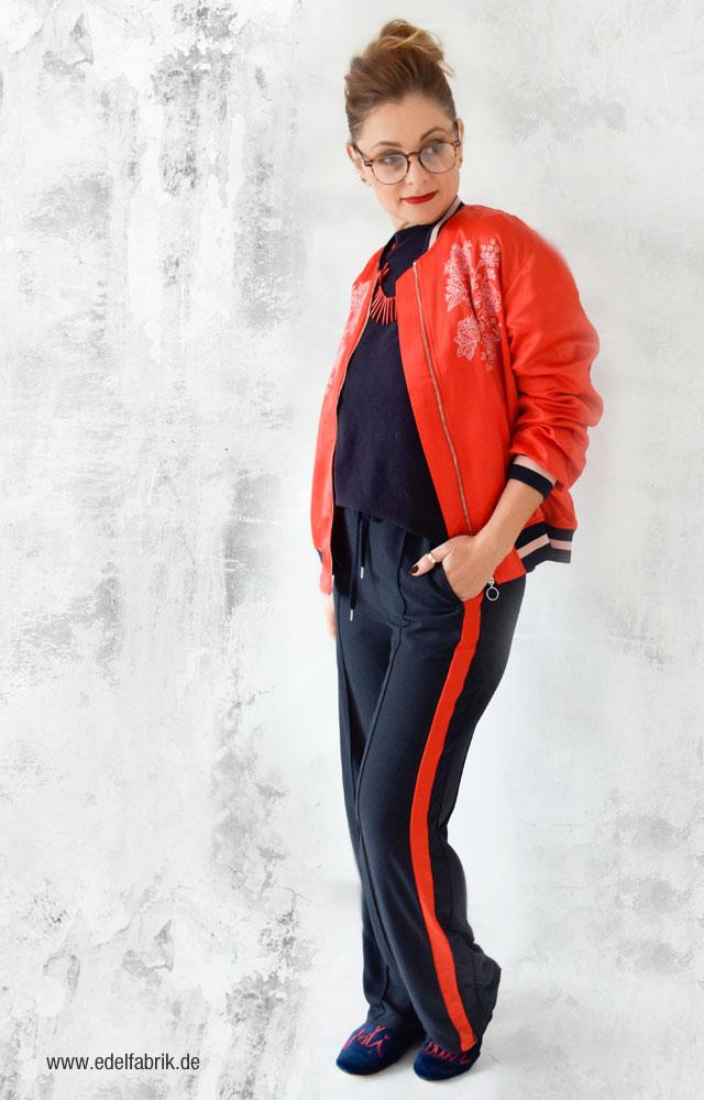 Dunkelblaue Sporthose von H&M, Rote Pilotenjacke von H&M