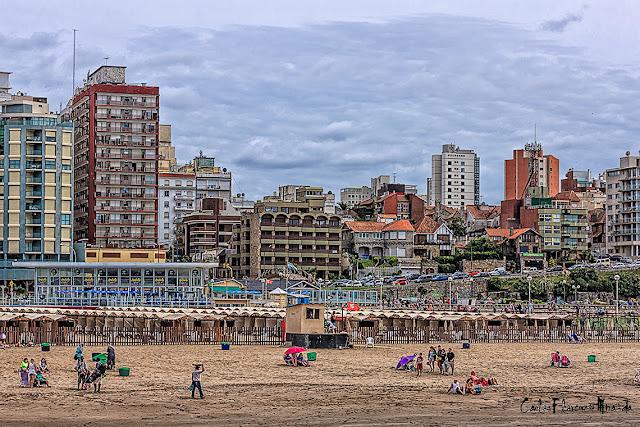 HDR,Gente en la arena con vista a la ciudad de Mar del Plata,Argentina