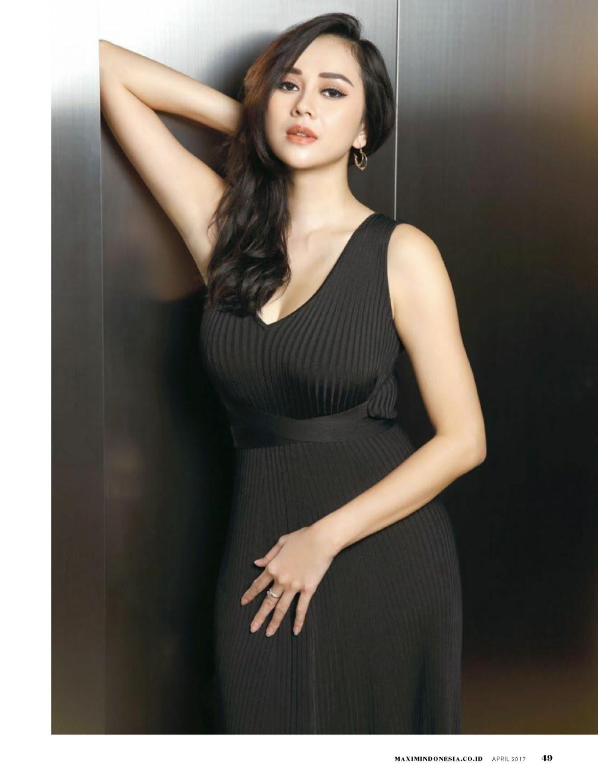 Foto Seksi Terbaru Aura Kasih di Majalah Popular