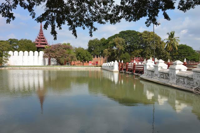Aux abords du palais royal à Mandalay