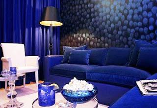 Kombinasi Warna Biru Royal Blue-White untuk Ruang Tamu