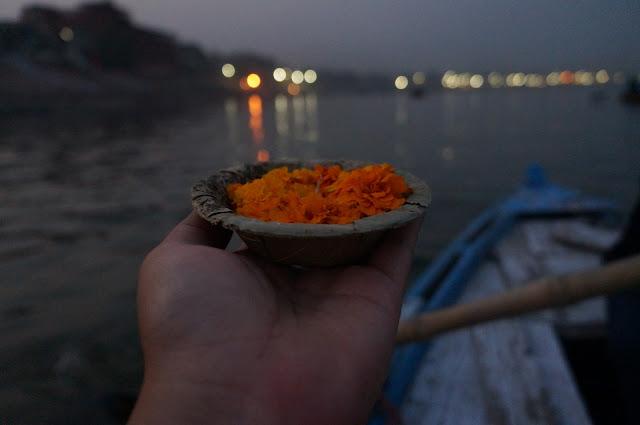 Melepas bunga dan lilin untuk membuang karma di Sungai Gangga