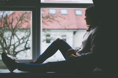 Силуэт девушки на фоне окна