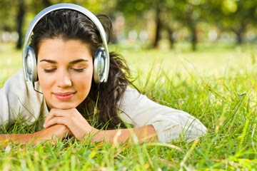 Jeune fille en ecoutant de la musique - Girl feeling music positive effects