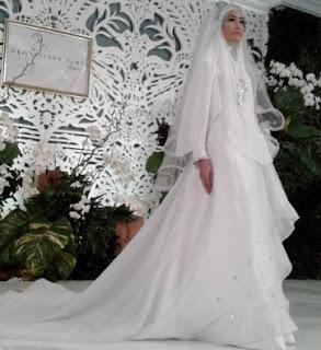 Gaun Pengantin Muslimah Oki Setiana Dewi