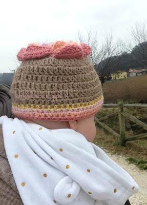 La Frida sul sofà: Cappello camelia in lana merino e alpaca, lavorato a uncinetto - Camelia hat: flower wool hat