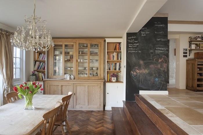 Stary, drewniany dom w Anglii, wystrój wnętrz, wnętrza, urządzanie domu, dekoracje wnętrz, aranżacja wnętrz, inspiracje wnętrz,interior design , dom i wnętrze, aranżacja mieszkania, modne wnętrza,styl francuski, styl klasyczny, styl rustykalny, stary dom, dom po remoncie, drewniane belki, jadalnia, witryna na książki