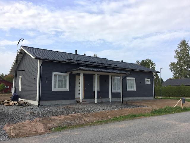 tummanharmaa talo, tummanharmaa ulkomaali, Teknos 612x, keskiharmaa ulkomaali, Panu talomaali, Unelmista toteutukseen blogi