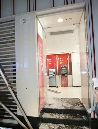 Kaca Pintu Utama Bank Of China Mongkok Di Hancurkan Orang Mabuk
