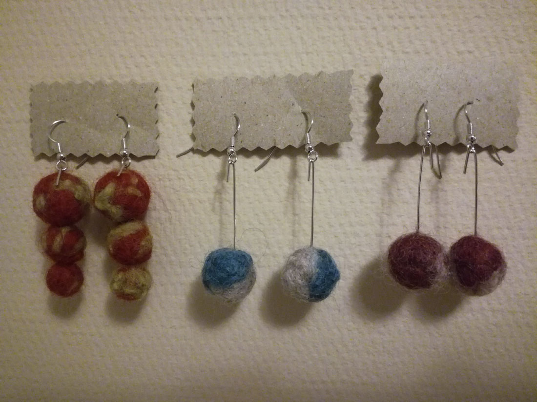 Orecchini con palline di lana  infeltrite