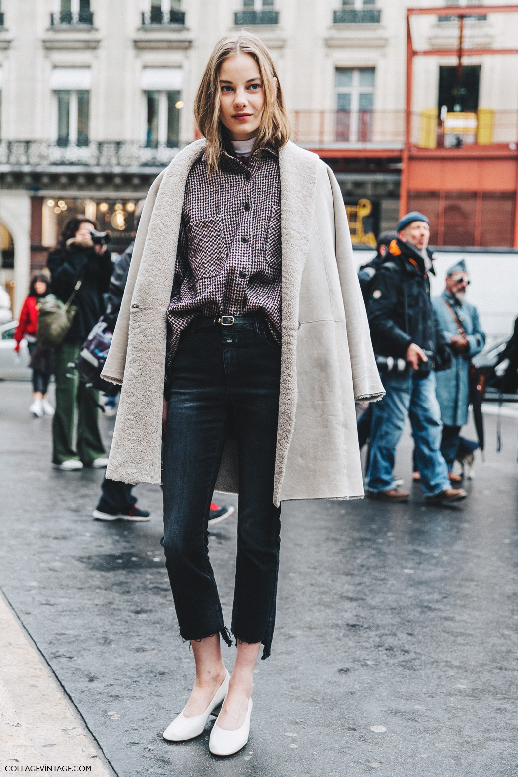 How to Wear Black Raw-Hem Jeans for Fall – Street Style Outfit Inspiration