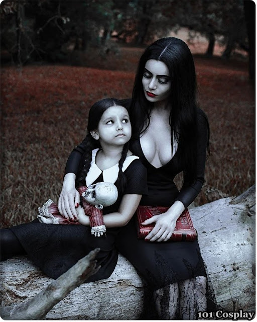 Cosplay Morticia and Wednesday Addams