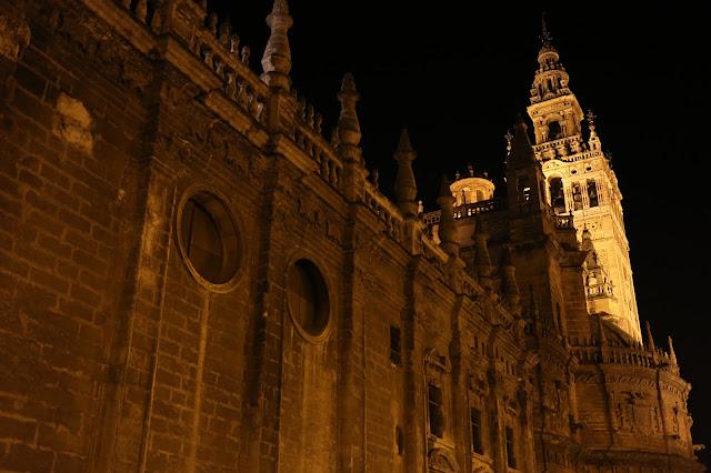 Fotografía nocturna de la Catedral de Sevilla y la Giralda de fondo
