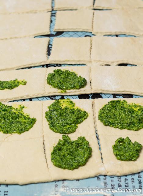 Zupfbrotteig-mit-Pesto-bestreichen