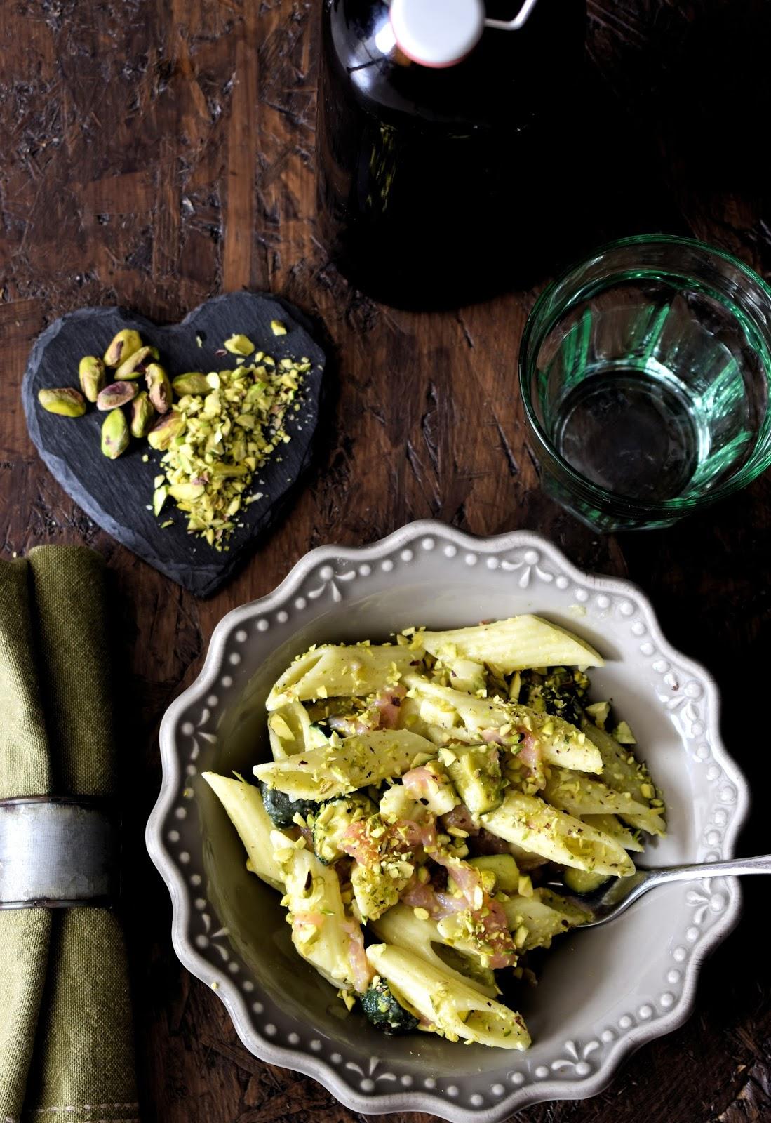 Pasta fredda con pesto di pistacchio, salmone affumicato, scamorza e zucchine grigliate