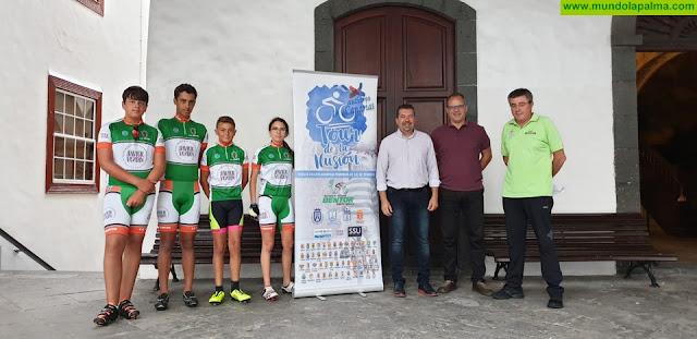 El Ayuntamiento de Santa Cruz de La Palma recibe a miembros de una asociación ciclista que conciencia sobre el autismo