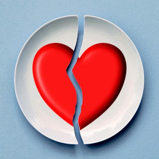 El rompimiento entre la pareja y con sus familiares y amigos es algo común en estas situaciones
