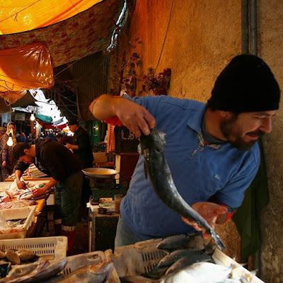 Vendiendo pescado en el zoco de Tetuán