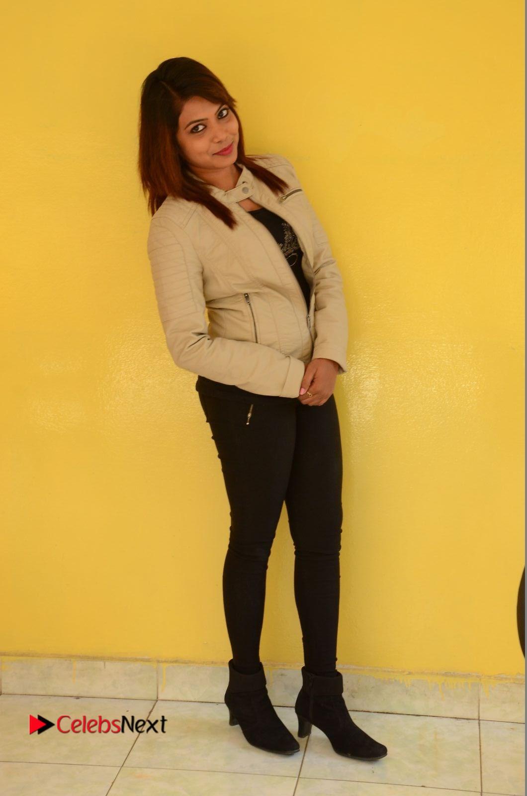 Diya Stills in Jeans at Meelo Okadi Katha Movie Opening