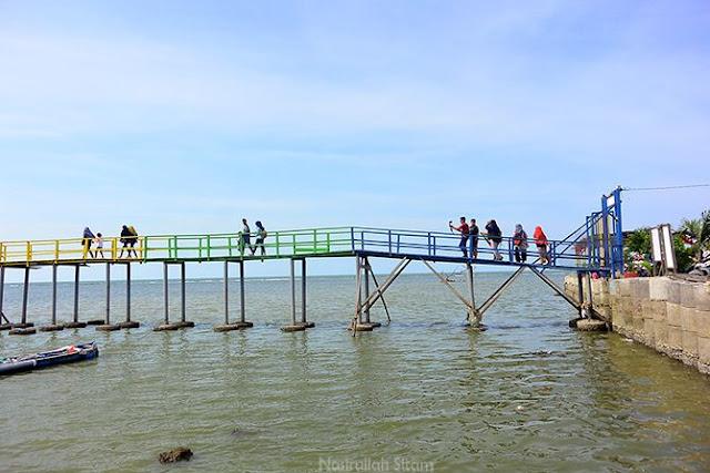 Cat jembatan pantai Kutang beragam