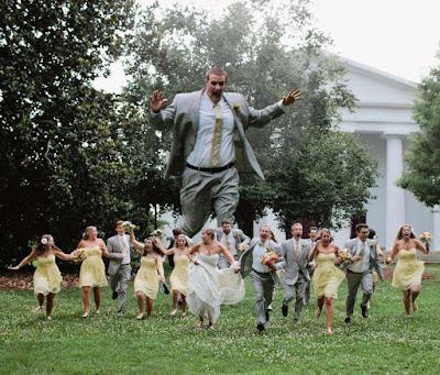 Witzige Hochzeitsfeier Fotos Brautpaar rennt weg