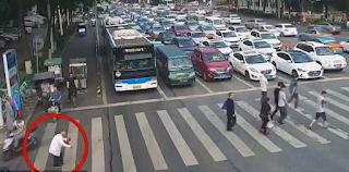 Παππούς με μπαστουνάκι προσπαθεί να περάσει κεντρική λεωφόρο. προσέξτε τι γίνεται όταν φτάνει στη μέση.