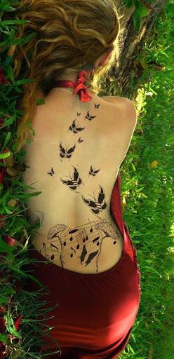 Preto tatuagem de borboleta na traseira completa