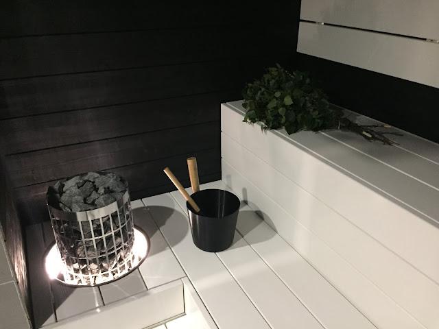 mustavalkoinen sauna, Harvia Cilindro, valkoiset lauteet, saunaideat, Unelmista toteutukseen, valaistu upotuskaulus, rento saunakiulu