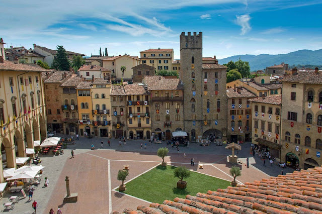 Parte da Piazza Grande, em Arezzo, vista de cima