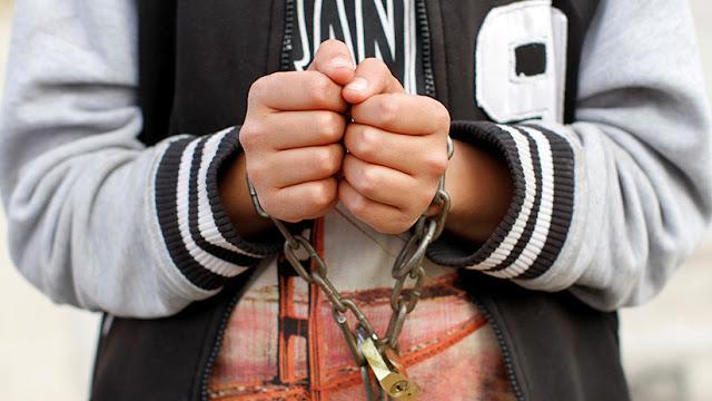California: Rescatan a 13 hijos que fueron esposados a las camas por sus padres