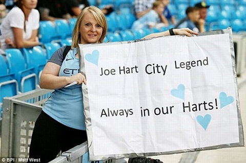 Cổ động viên của đội Man xanh đã dành tình cảm đặc biệt cho thủ môn Joe Hart.