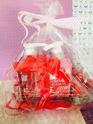 regalo de cumpleaños, regalo san valentín, regalo mujer, cesta baño, mini colonia, femme, flor de mayo, mercadona, mirlans, crema de manos, jabón de manos, san valentin,