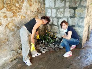 le volontarie del quartiere creano una fioriera con materiale di scarto