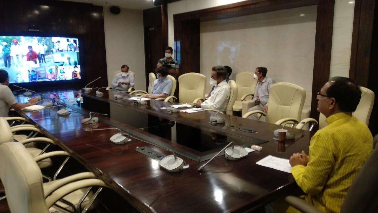 Jhabua Samachar- Chief Minister Shivraj Singh Chouhan Madhya Pradesh discussed with the workers of Jhabua district through video conferencing- मुख्यमंत्री वीडियो कान्फ्रेसिंग के माध्यम से झाबुआ जिले के श्रमिकों से चर्चा की